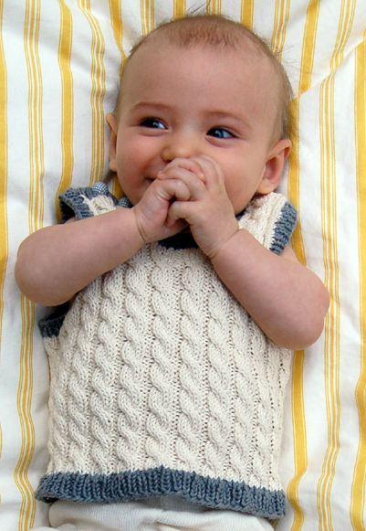вязание спицами детской жилетки.